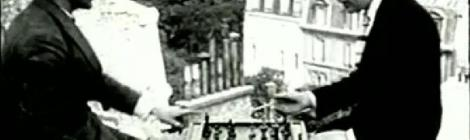 "Marcel Duchamp și Man Ray jucând șah, imagine din ""Entr'acte"" (1924) de Rene Clair"