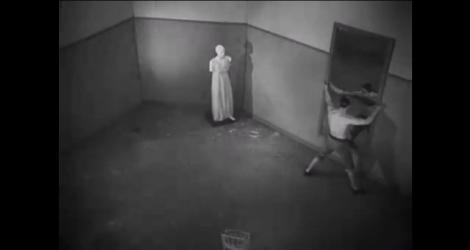 Lee Miller interpretând Statuia în SÂNGE DE POET / LE SANG D'UN POÈTE (Jean Cocteau, 1930/1945)