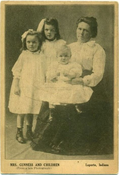 """Mrs. Gunness and children"", carte poștală, LaPorte County Historical Society and Museum (1908)"