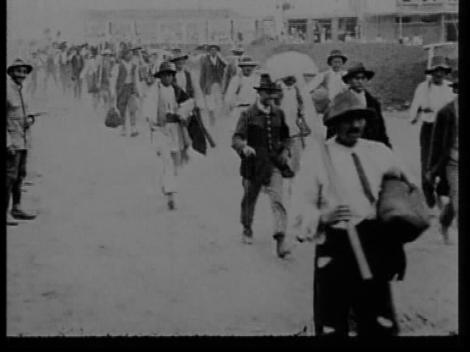 """""""Muncitorii părăsesc șantierul"""". Secvență din documentarul """"Ștrandul Kiseleff"""" (1930). Arhitecți: Marcel și Iuliu Iancu."""